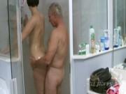 Velho Tarado Comendo a Novinha no Banho