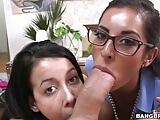 Duas Novinhas Fazendo um Delicioso Boquete