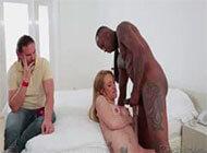 Mulher Gostosa dando a xana pro amante na frente do maridão