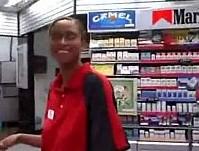 Atendente fazendo boquete na loja de conveniencia